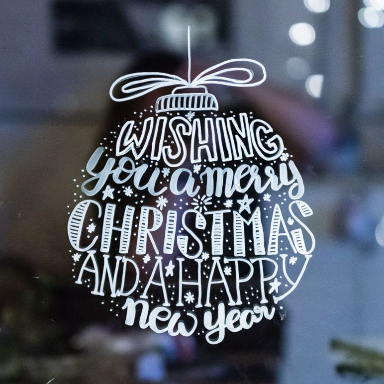 Lettering Weihnachtskugel Als Fensterbild Vorlage Mrsberry Kreativ Studio Fensterbilder Weihnachten Weihnachtsbuchstaben Weihnachtstafel