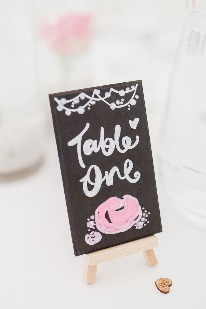 Wedding table sign | fabmood.com #weddingtable #weddingideas