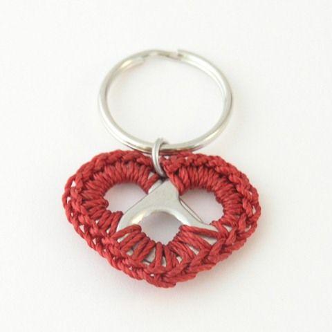 Twee lipjes van frisdrankblikjes, een sleutelring, haakgaren en haaknaald. Simpel en leuk!!