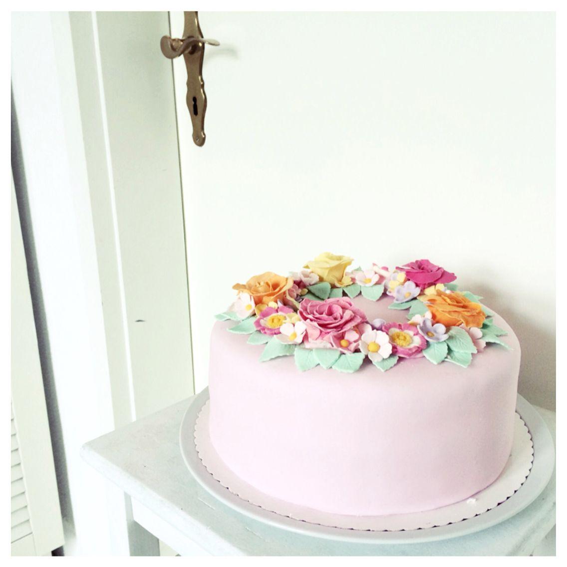 Hellrosa Fondant torte mit Pastell Blüten