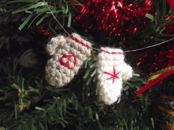 b2637650824526 A super quick and easy project   the crocheted mitten ornament. Written  pattern and chart.