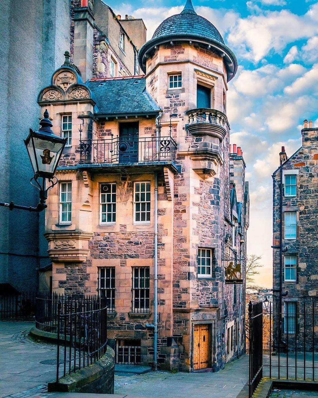 Writers' Museum on Lady Stair's Close #kings_villages #storiesfromscotland #photosofbritain #igersedinburgh #scotland_insta #scotlandlover #scotlandscenery #lovegreatbritain #manor_n_castle #thisisedinburgh #topukphoto #writersmuseum #uk_greatshots #ilovescotland #architecturedesign #hello_worldpics #ig_edinburgh #mycanonstory #scotlandexplore #ukshots #tlpicks #visitscotland #thisisscotland #scotlandisnow