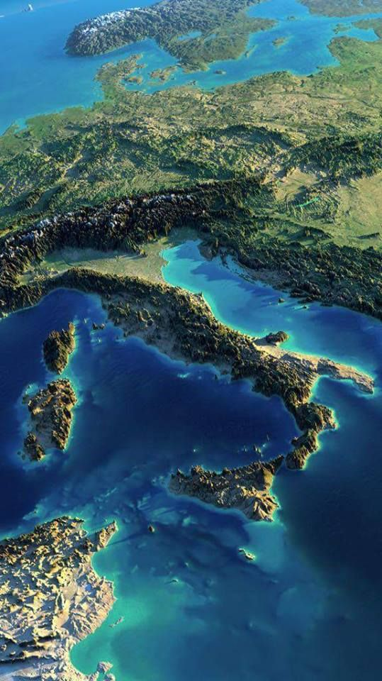 Questa foto dal satellite del tramonto sull'italia non smetterei mai di guardarla.