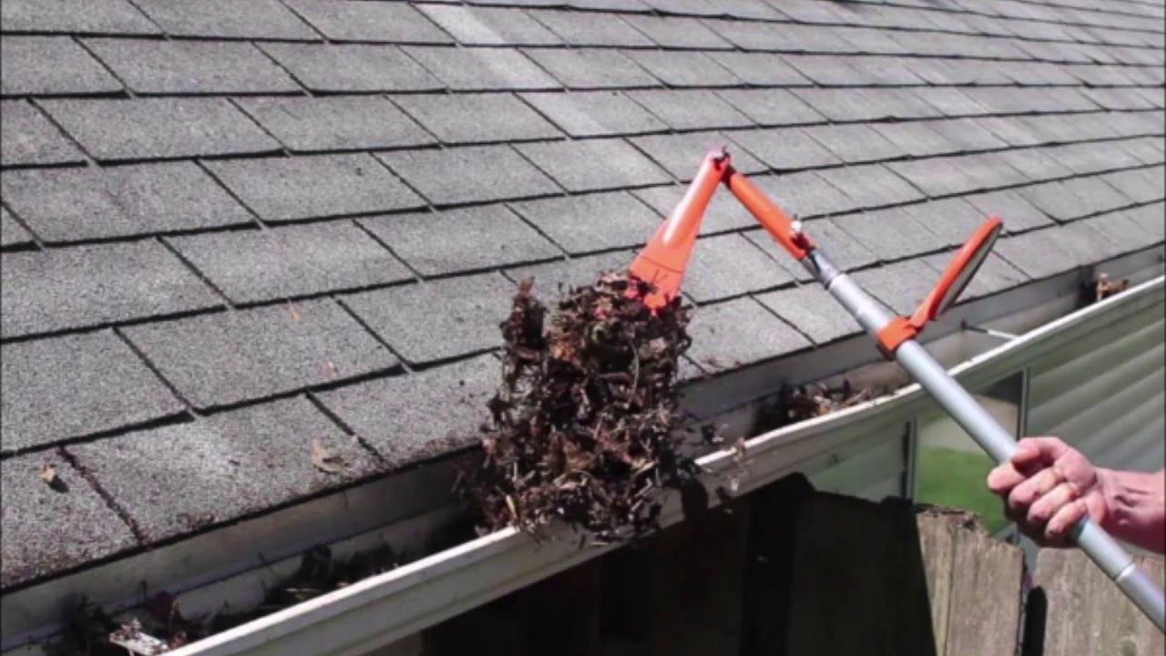 Roof Gutter Cleaning In 2020 Cleaning Gutters Gutter Repair Cleaning Service