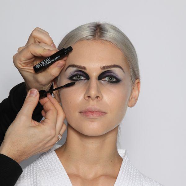 Step 13: Wimperntusche  Die Wimpern kräftig mit schwarzer Wimperntusche einfärben, für mehr Volumen und Länge wiederholen.