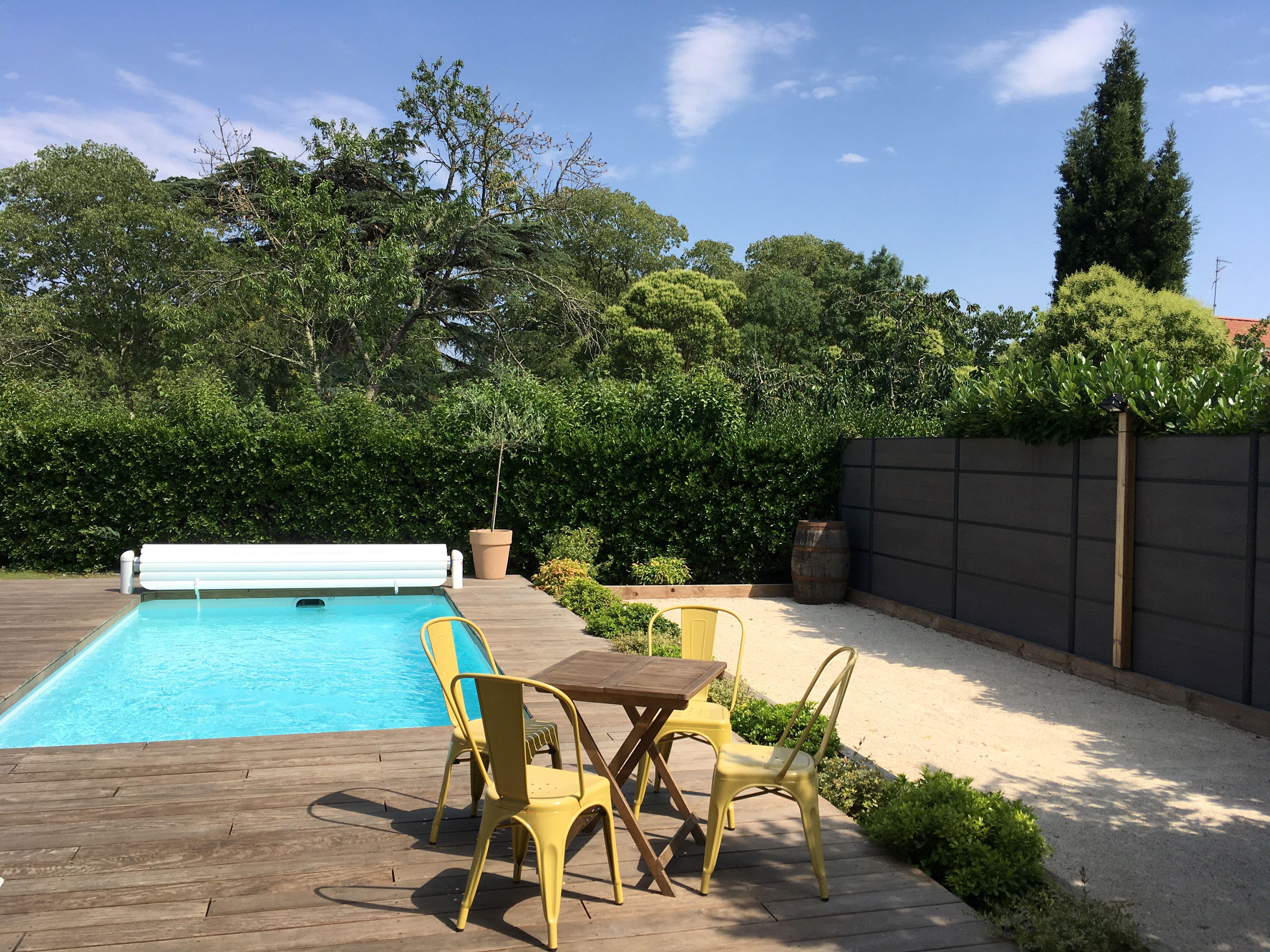jardin moderne et familial grande terrasse plage bois piscine