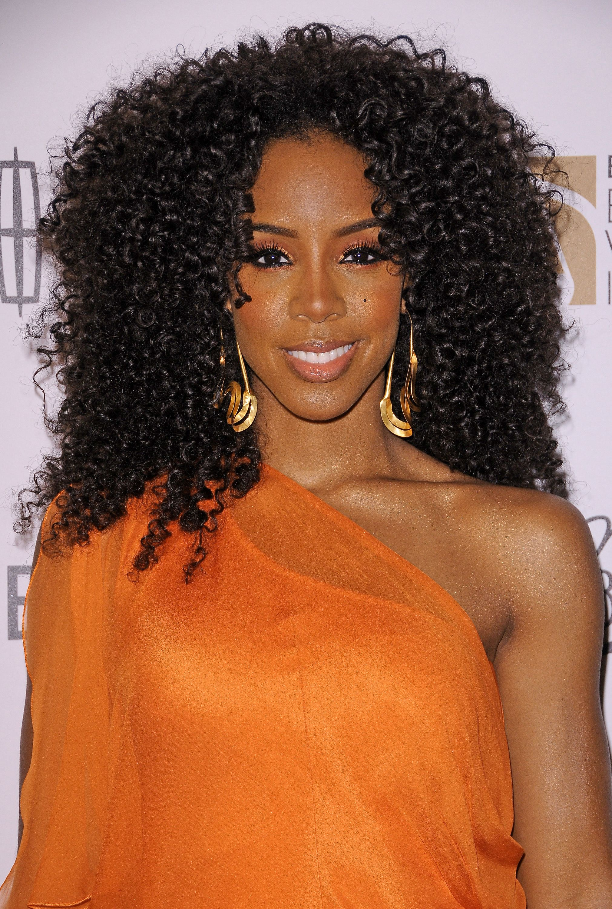 Celeb Beauty Kelly Rowland S Makeup Evolution Essence Curly Weave Hairstyles Braided Hairstyles Curly Hair Styles