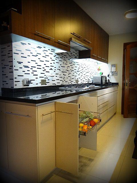 cocina empotrada mueble enchapado tiradores metlicos satinados cubierta de granito salpicadero en mosaico de mrmol luces led