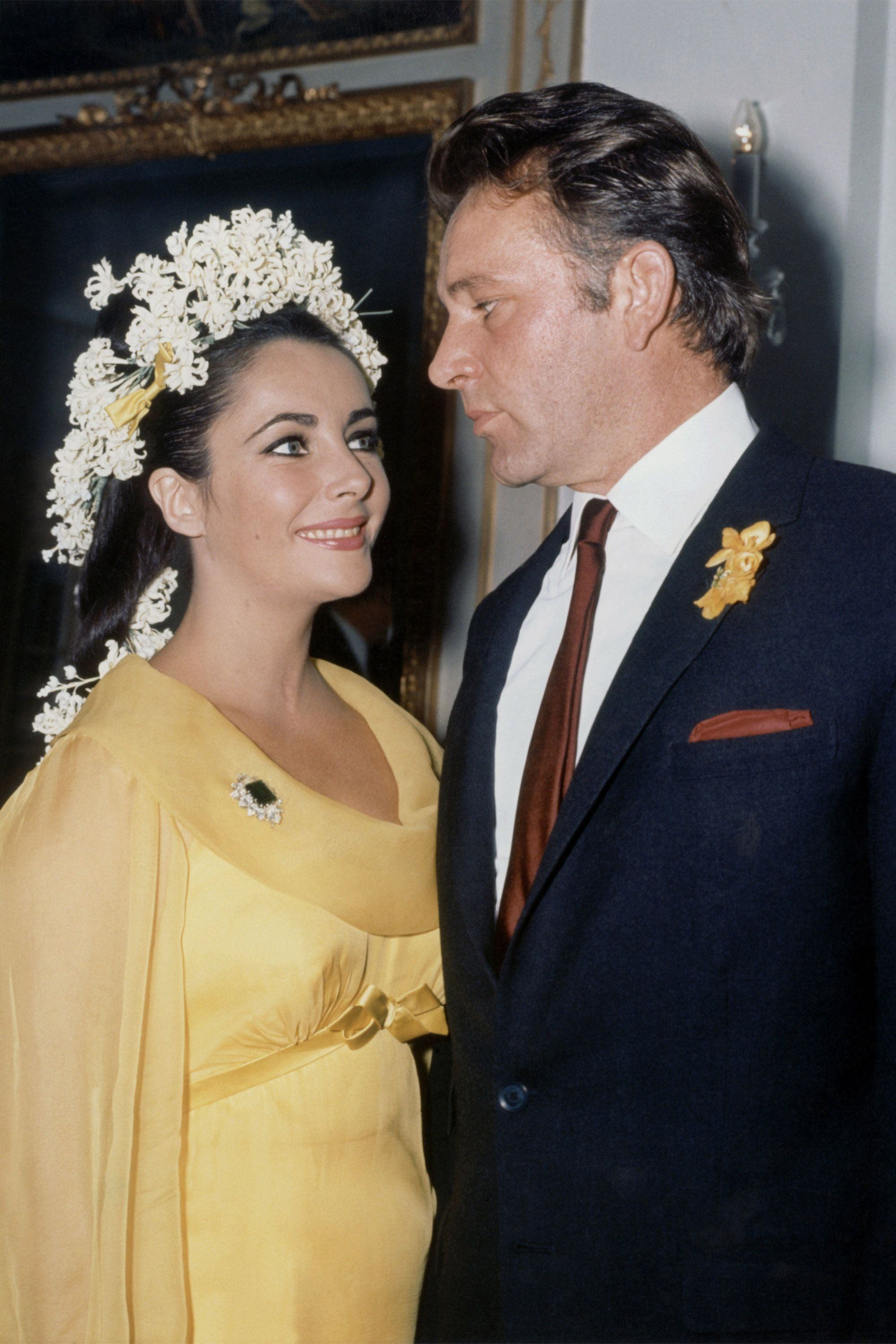 Elizabeth Taylor Richard Burton S Relationship In Photos Celebrity Bride Celebrity Wedding Dresses Celebrity Weddings