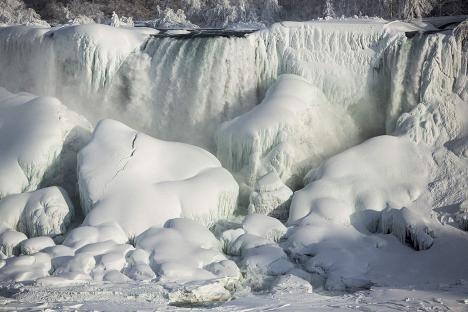 Niagaran putoukset ovat jäätyneet lähes tunnistamattomaan tilaan.
