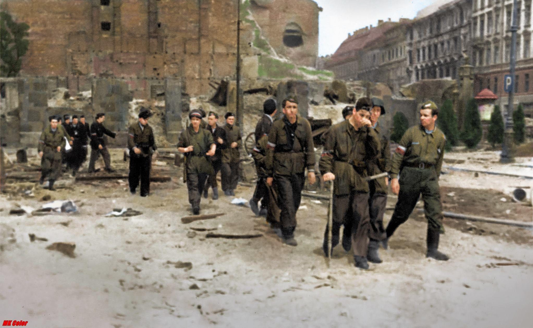 Powstanie Warszawskie 1944. Powstańcy w marszu. https://www.facebook.com/KolorHistorii/photos/a.659360804233671.1073741828.658267651009653/730981220404962/?type=3&theater