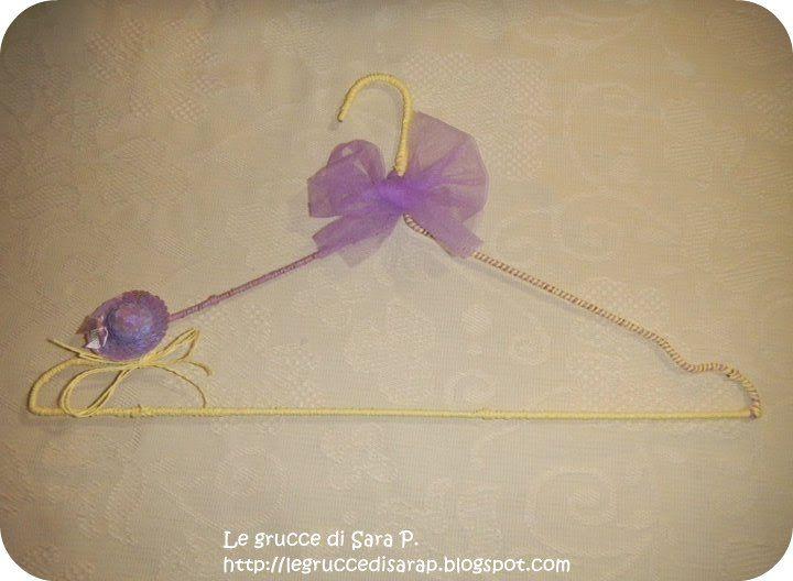 Gruccia con cordoncino giallo e lilla con fiocco di tulle e cappellino di paillettes