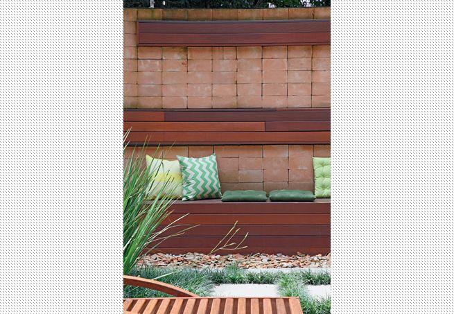 Espalhe almofadas e futons em cima de um banco ao ar livre e relaxe. Uma ideia simples e moderna, que deixará a área externa de sua casa ainda mais alegre e aconchegante. Projeto da arquiteta e paisagista Patrícia Santana