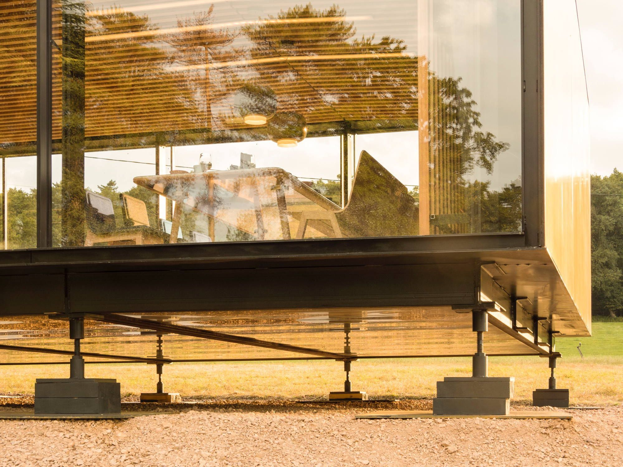 Im erweiterten Wohnzimmer - Haus mit Auto von Marchi Architectes | Haus