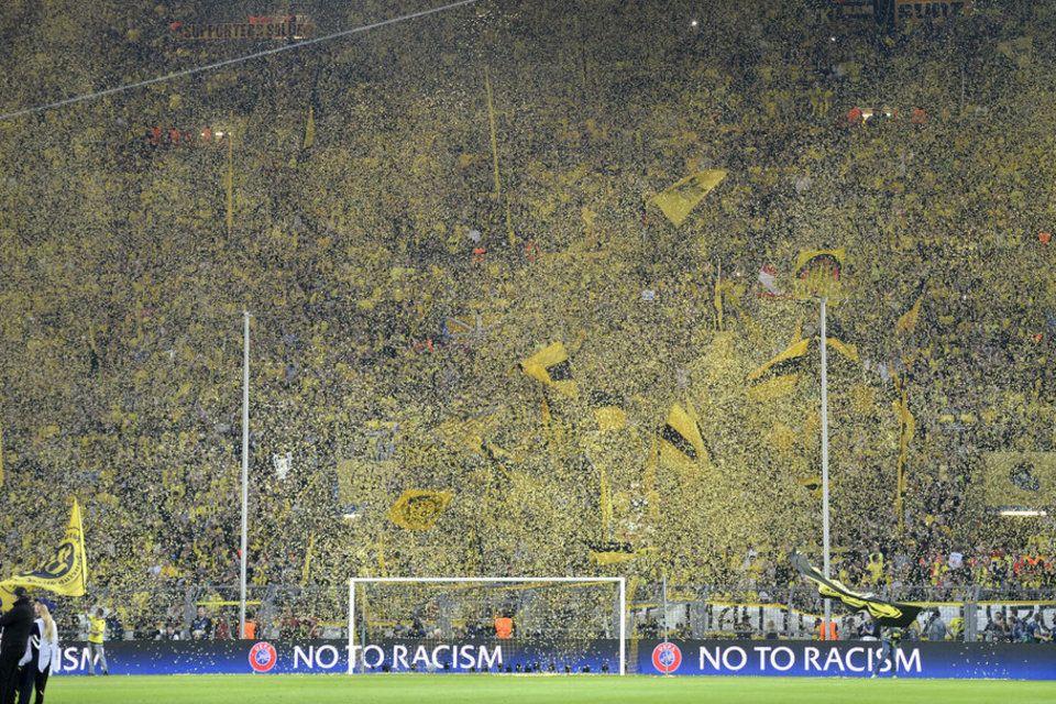 Espectacular ambiente en las gradas del Signal Iduna Park de Dortmund