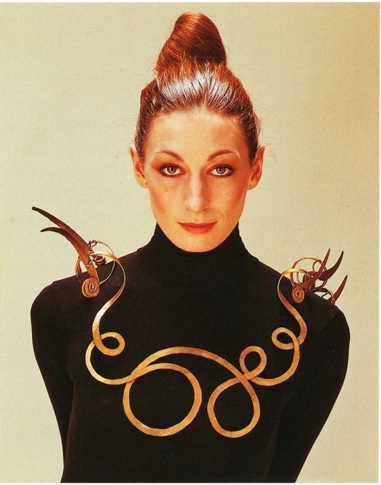 Anjelica Huston wearing an Alexander Calder necklace in 1976 (The Jealous Husband made from brass wire, c. 1940, collection Metropolitan Museum of Art)