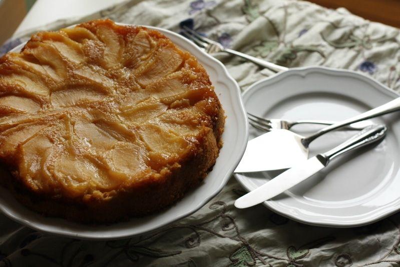 Dopo le feste ritroviamo il gusto di una torta semplice ma saporitissima per conciliare la voglia di leggerezza e il bisogno di qualcosa di buono. Le mele si prestano a mille interpretazioni nei dolci. Ma questa variante ricorda vagamente una tarte tatin e la torta della nonna messe insieme. IL gusto del caramello la rende …