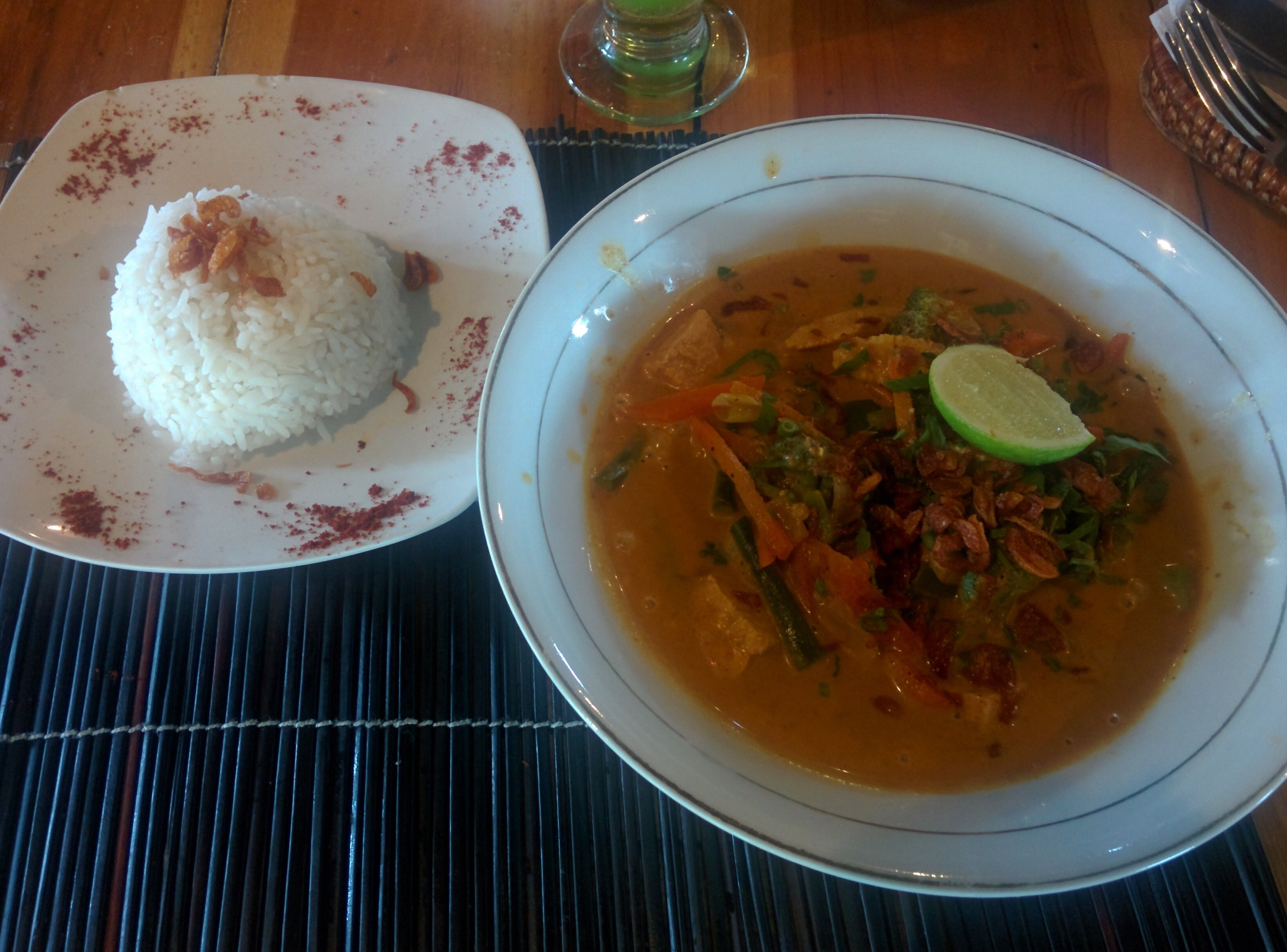 Comiendo en Fair Warung Bale en Ubud