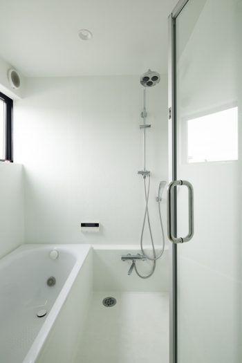 交流が生まれる場として賃貸住宅と庭を共有するアトリエ併設の住まい 浴室 デザイン 浴室 壁 浴室リフォーム