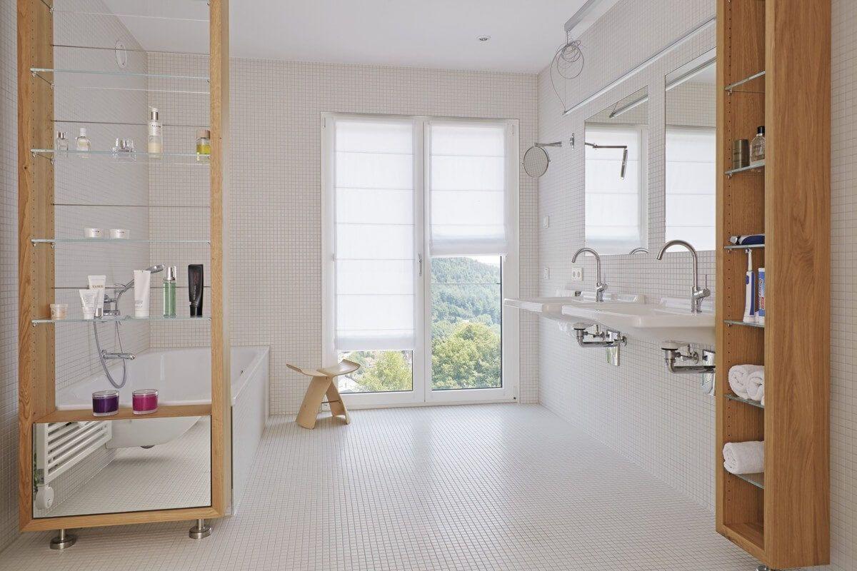 Modernes Badezimmer Rollstuhlgerecht Mit Mosaik Fliesen Weiß   Bad Ideen  Interior Design Bauhaus Stadtvilla Barrierefrei Von