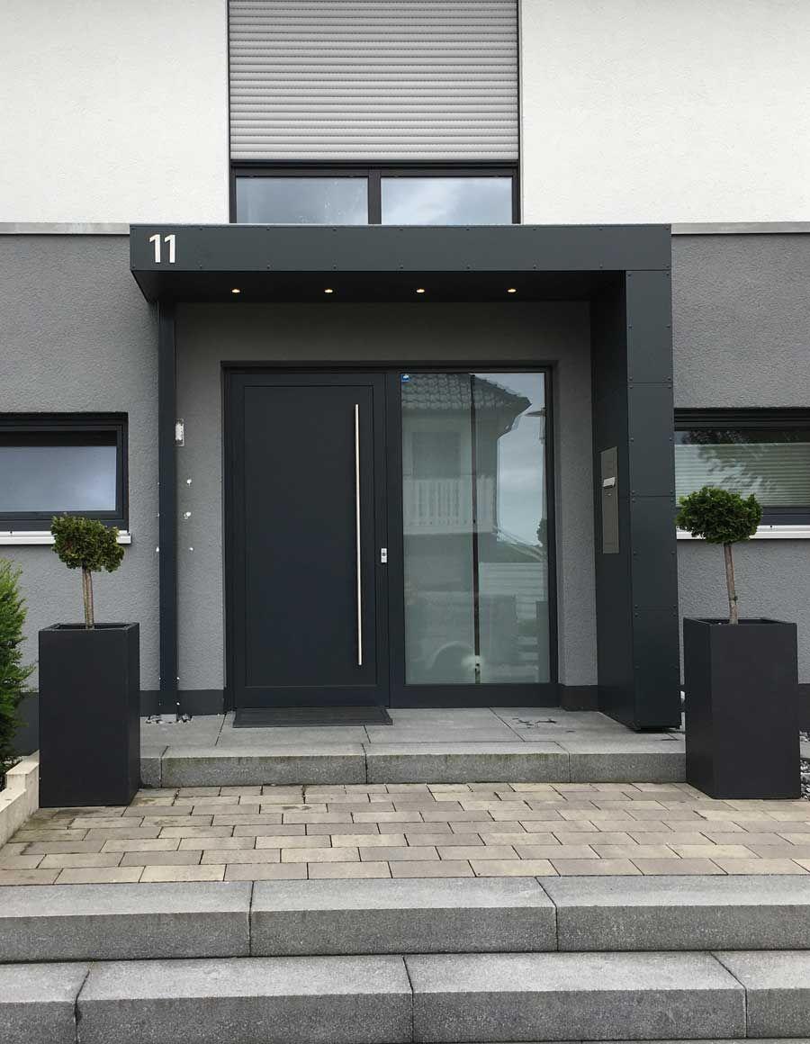 Eingangsuberdachung Vordach Mit Hausnummer Beleuchtung Und Briefkasten Moderne Haustur Haus Ideen Aussen Eingang Uberdachung