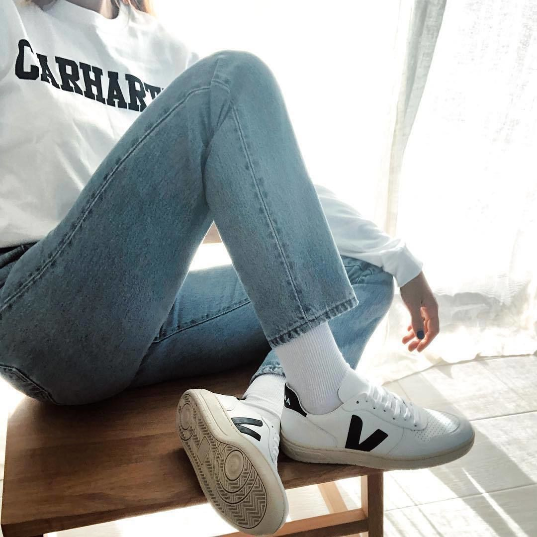 """Civil resbalón Infantil  VEJA - OFFICIAL ACCOUNT on Instagram: """"Time to chill. Our V-10 Extra White  Black are made out of le…   Sneaker outfits women, White sneakers outfit,  Trainers outfit"""