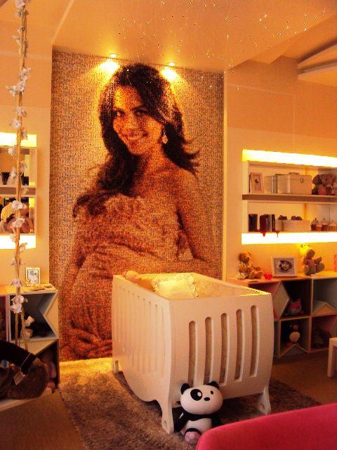 Painel adesivado no quarto do bebê consiste em pequenas fotos do dia a dia da mamãe formando uma grande imagem única – detalhe encontrado em vários ambientes.