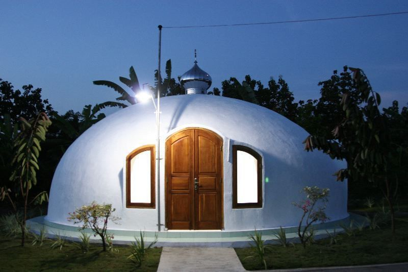 Image Indonesian Mosque This Small Mosque Was Built In Indonesia By Dome For The World Its An Ecoshell Ii Th Dome House Geodesic Dome Monolithic Dome Homes