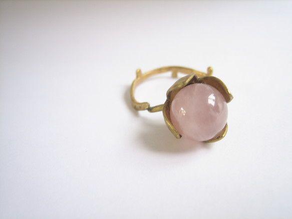 華奢なリングにでっかいピンクの実がとっても可愛いです。(ピンクの実はローズクオーツです)存在感も抜群です。アンティークっぽい仕上げにしております。旧作品のため... ハンドメイド、手作り、手仕事品の通販・販売・購入ならCreema。