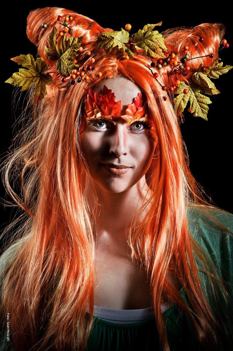Kvinde med rødt hår og orange naturmaske i frisuren