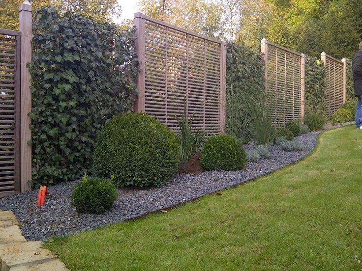 Simple Sichtschutzkombinationen Teil Spalierb ume Hecke am laufenden Meter horizontale Verlattung und Bambusbepflanzung Moderner Sichtschutz im Garten
