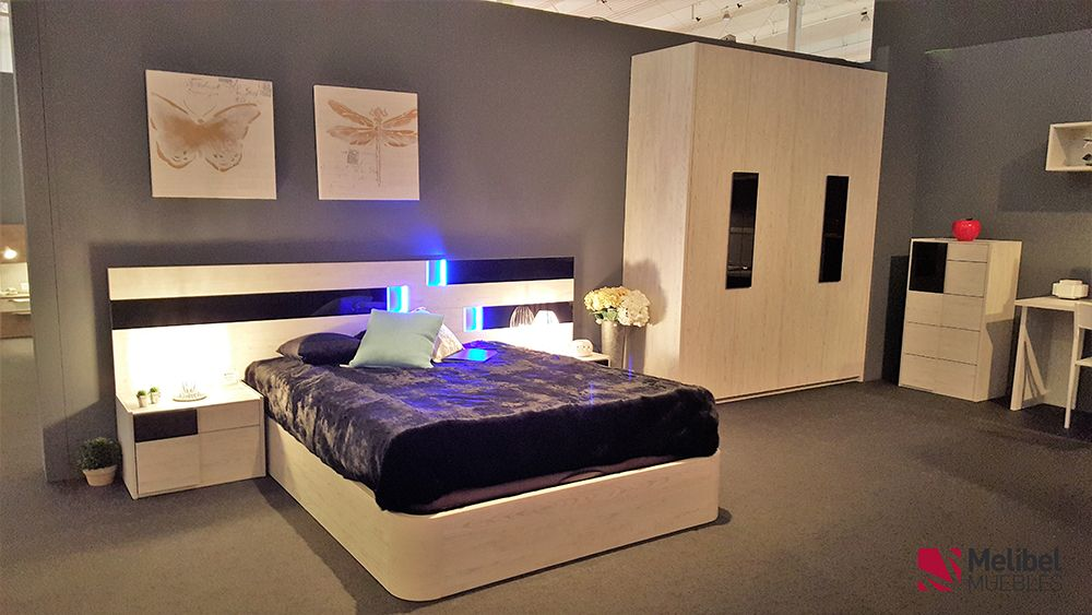 Dormitorio de matrimonio, cabezal OLIVA, junto a mesitas y aro ...