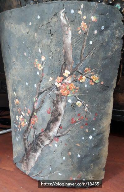 몇 해전 경북 영주에 있는 한옥 문중 제실 수리할 때 노후된 지붕의 기와 철거로 쌓아 놓은 기왓장을 끙끙 예술 꽃그림 나무 미술
