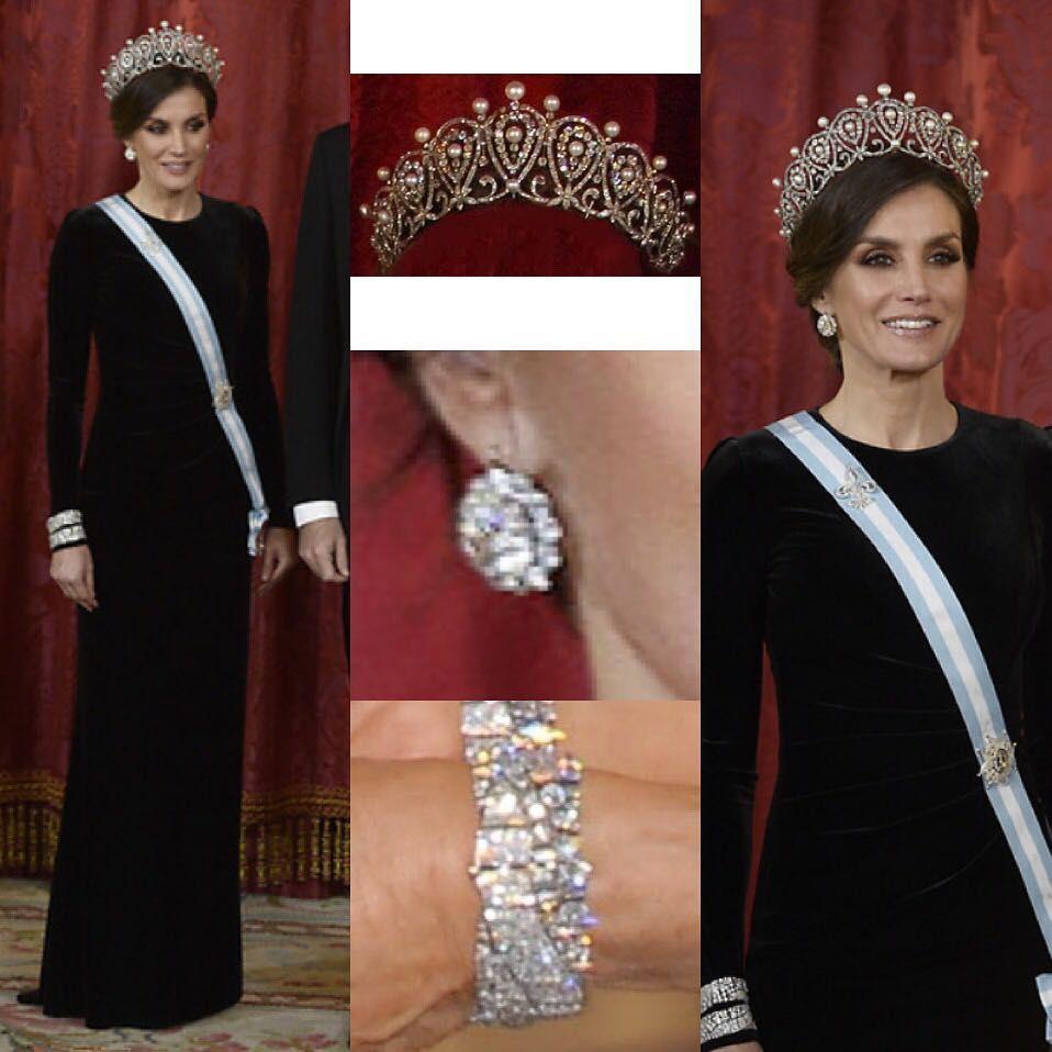 78a67ac26 El vestido negro de terciopelo que lució la reina Letizia está divino