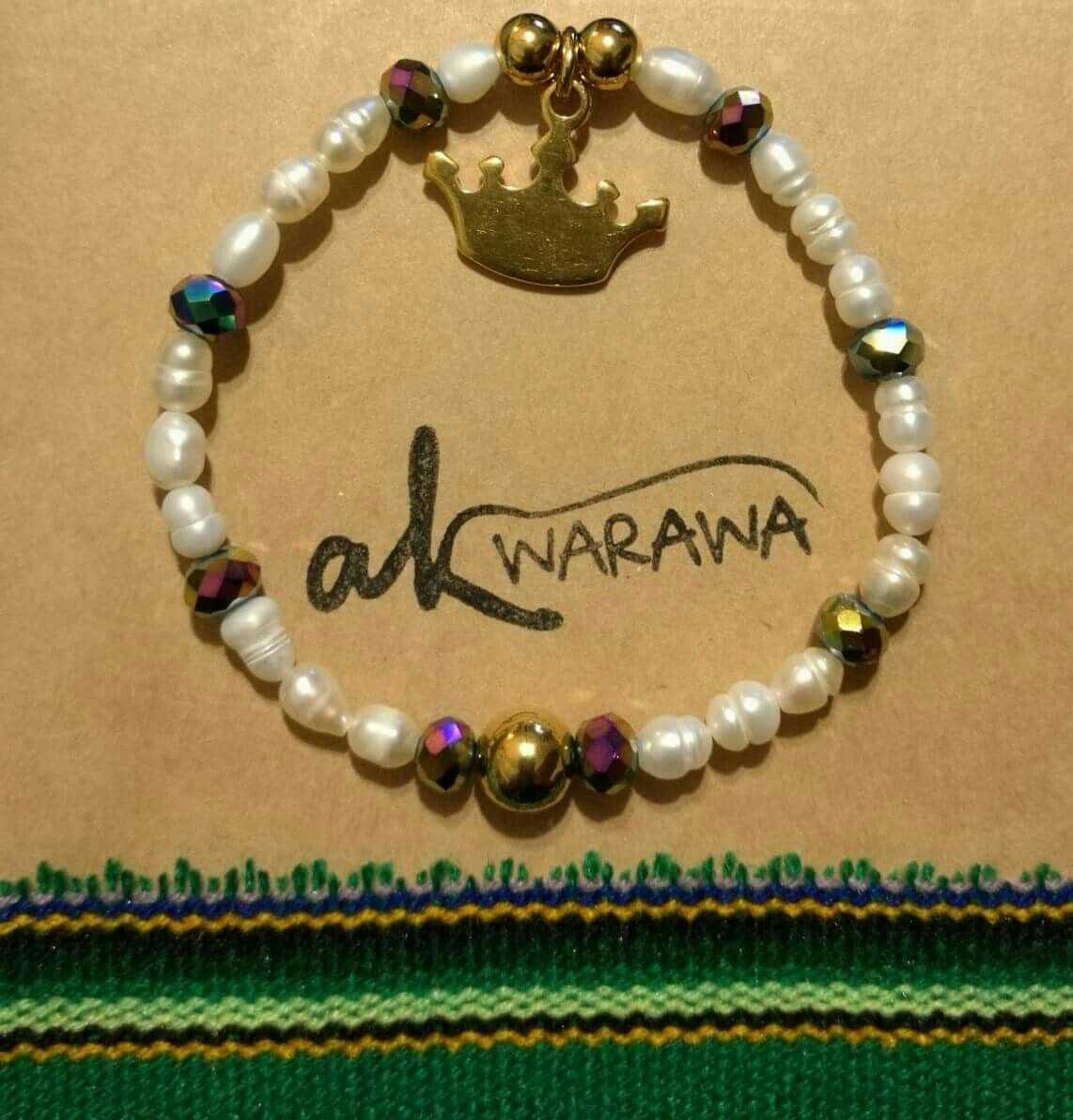Perlas de rio con cristales swarovski y bolas doradas con dije de corona de acero bañado en oro