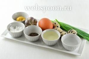 Для приготовления бутербродной яичной пасты нам понадобится горчица, сахар, соль, перец, подсолнечное масло, чеснок, зелёный лук, уксус, яйца куриные и перепелиные.