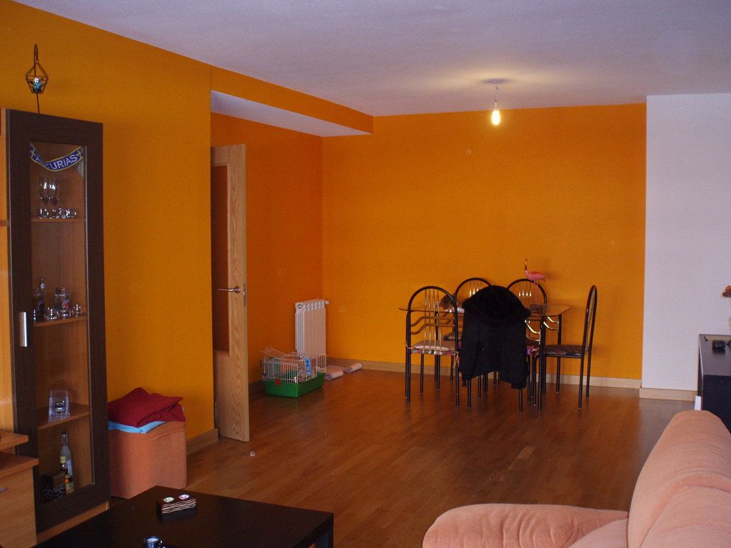 Pared salon naranja decorar tu casa es for Decorar paredes living