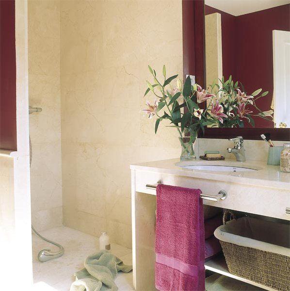 Un baño con color y el techo abuhardillado | Ducha y ...