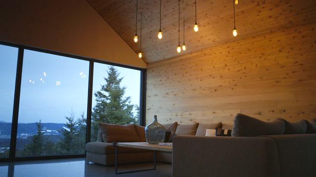 les grandes baies vitr es qui embellissent ce salon nous procurent une vue panoramique sur le. Black Bedroom Furniture Sets. Home Design Ideas