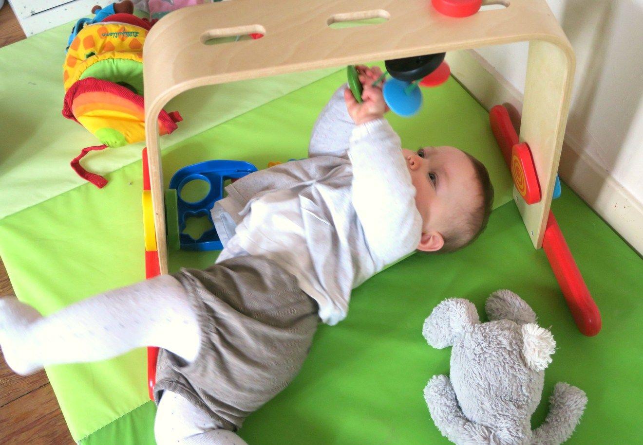 Bebe Joue Avec Arche D Eveil Ikea Motricite Bebe Arche Bebe Tapis De Motricite