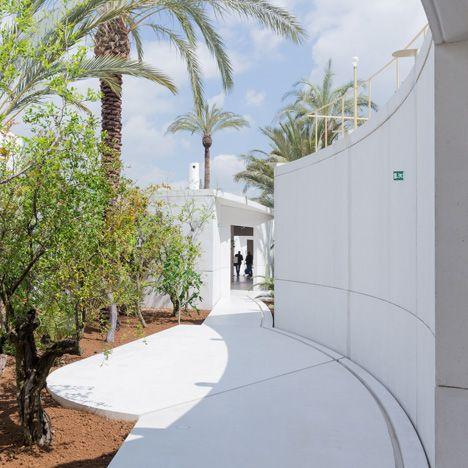 Anne holtrop uses white concrete puzzle pieces for bahrain 39 s tranquil expo pavilion expo for Garden pavilion crossword clue