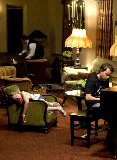 Em Somewhere (2010) de Sofia Coppola o personagem tem pelo menos uma filha. Zé não tem ninguém a não ser um secto de aspones e puxa-sacos.