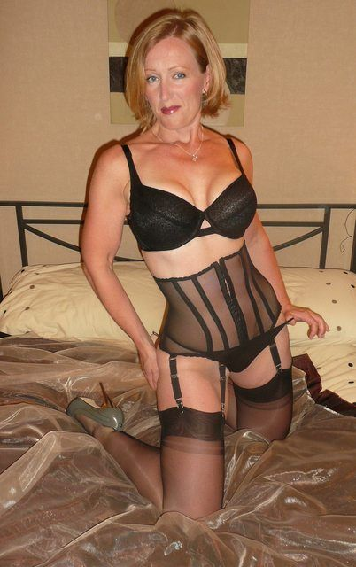 Hot Amateur Mature Lady In Black Lingerie And Stockings -2264