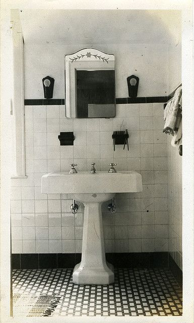 1930s bathroom decoration
