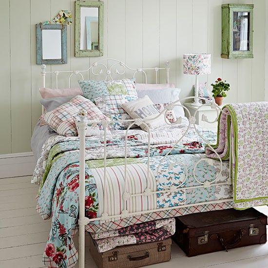 Land Schlafzimmer mit Eisenbett und Patchwork Wohnideen Living - wohnideen selbermachen schlafzimmer