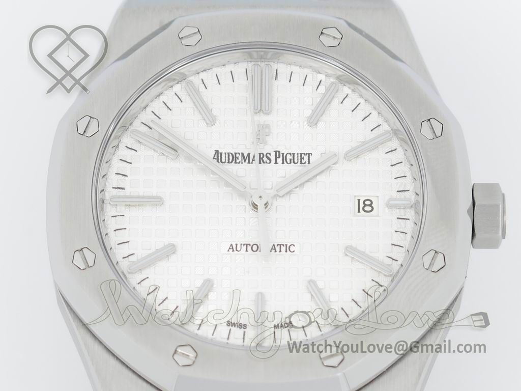 White textured dial with polished rehaut - £440