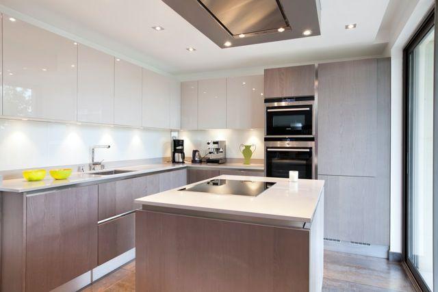 Une cuisine contemporaine avec îlot - Un duplex chic et moderne aux