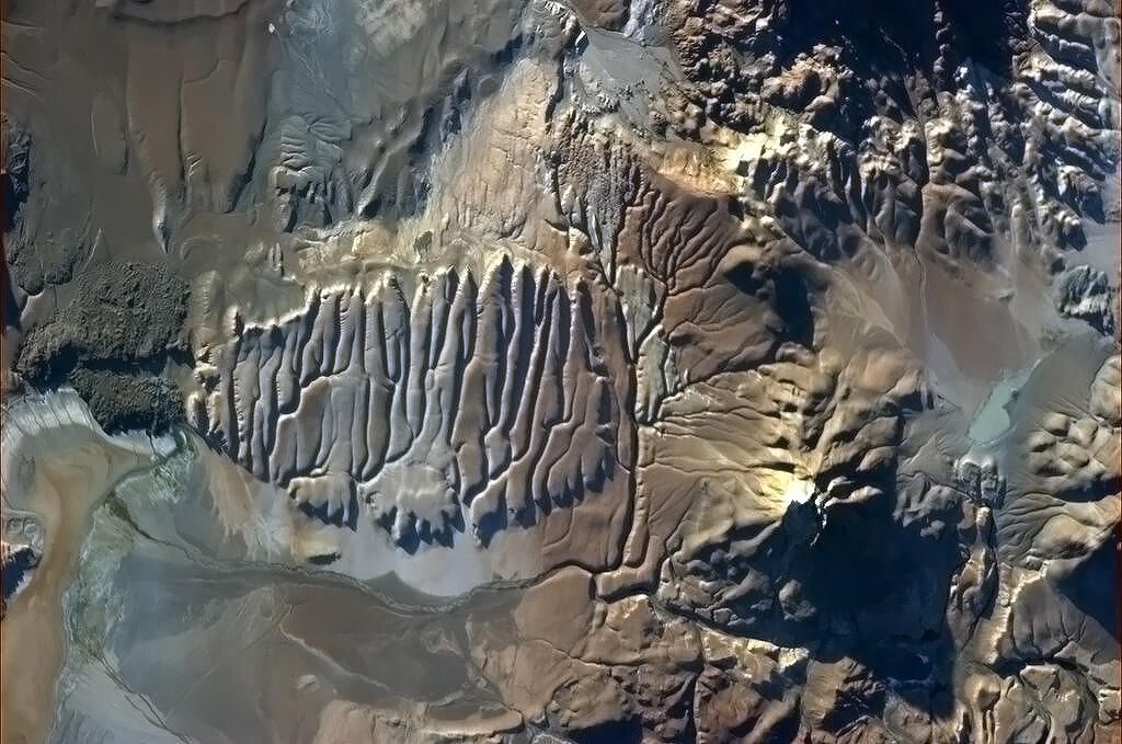 Chris Hadfield@Cmdr_Hadfield | This Chilean rock looks like it's still wet  | Mar 14, 2013