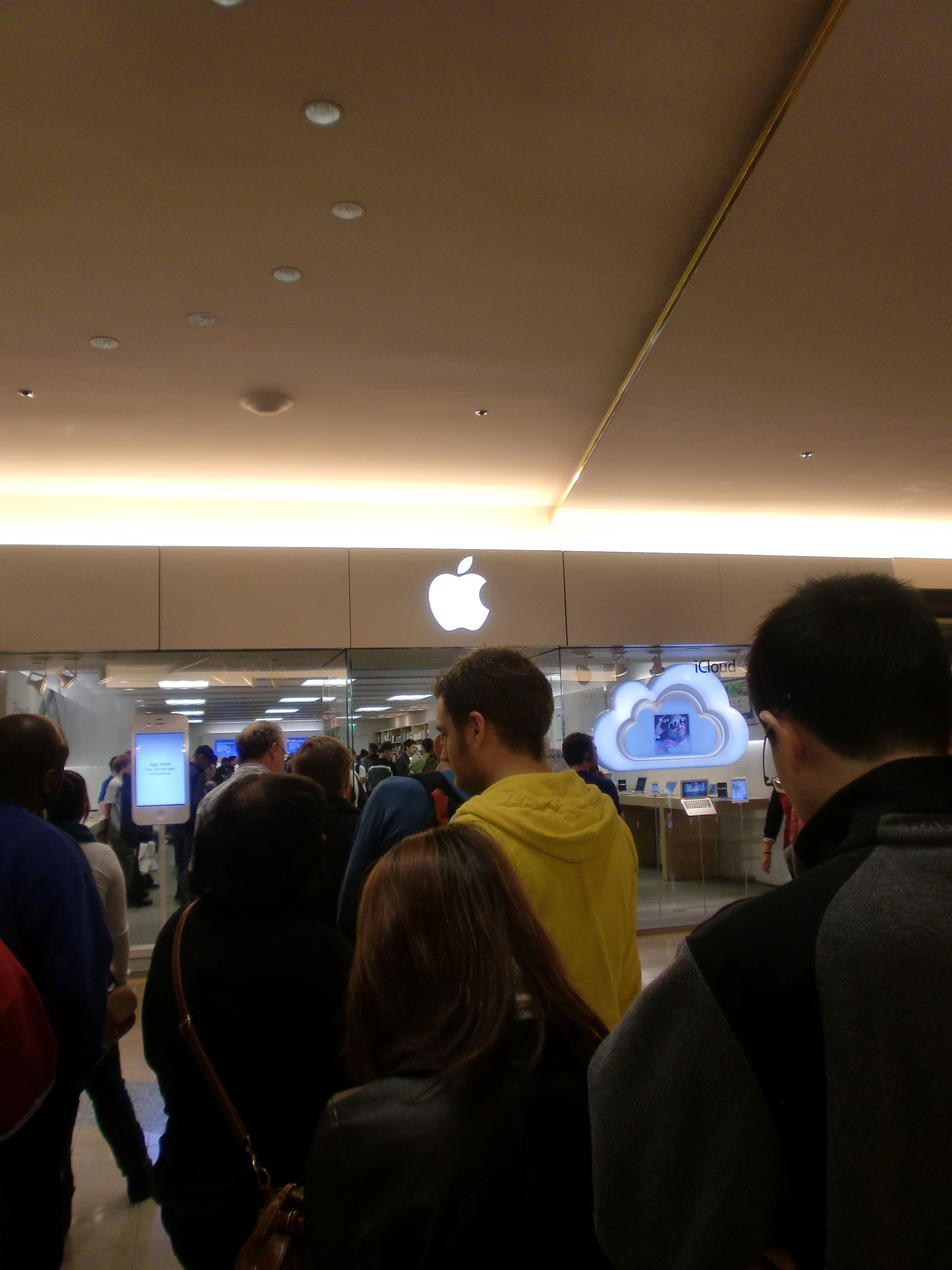 In line outside the Apple Store in Portland, Oregon. Most people was going to buy the new iPhone4S, released just some weeks before I was there..... I got my most precious souvenir from my visit in the US - my iPad...