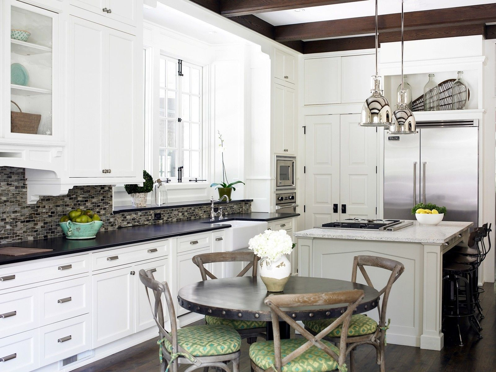 Mid Sized Transitional L Shaped Dark Wood Floor Eat In Kitchen Photo In
